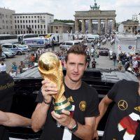 Miroslav Klose. El futbolista alemán anunció su retiro del fútbol internacional. Este año, el jugador de 36 años de edad rompió el récord de Ronaldo de 15 goles, terminando con 16 en los torneos de la Copa Mundial. Klose planea continuar su carrera de club con el equipo italiano Lazio. Foto:Getty Images