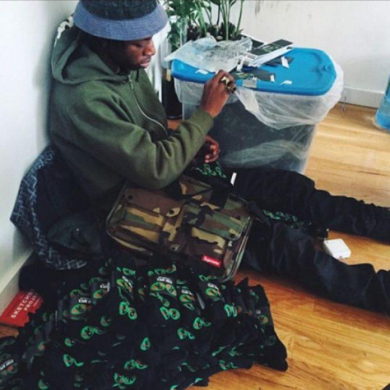 """No hay mucho para adelantar sobre el más reciente álbum de Joey Bada$$, aparte de que esta listo y """"muy bien decorado"""" (sus palabras). Lo que sí se sabe es que contará con los pesos pesados del hip-hop Hit-Boy, Statik Selektah y DJ Premier, y el hecho de que el rapero de Brooklyn es sin duda uno a quien mirar. Foto:Twitter/B4.DA.$$ 1.20.15"""