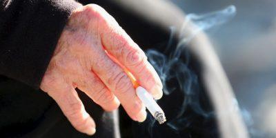 1. El humo del cigarrillo afecta la superficie ocular. Esto empeora los síntomas en el ojo seco y la conjuntivitis alérgica. Foto:Getty Images