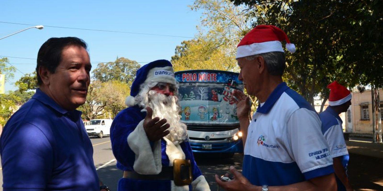 Santa saluda a los choferes del Transurbano. Foto:José Castro