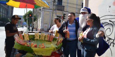 Algunos aprovecharon para saludarlo. Foto:José Castro