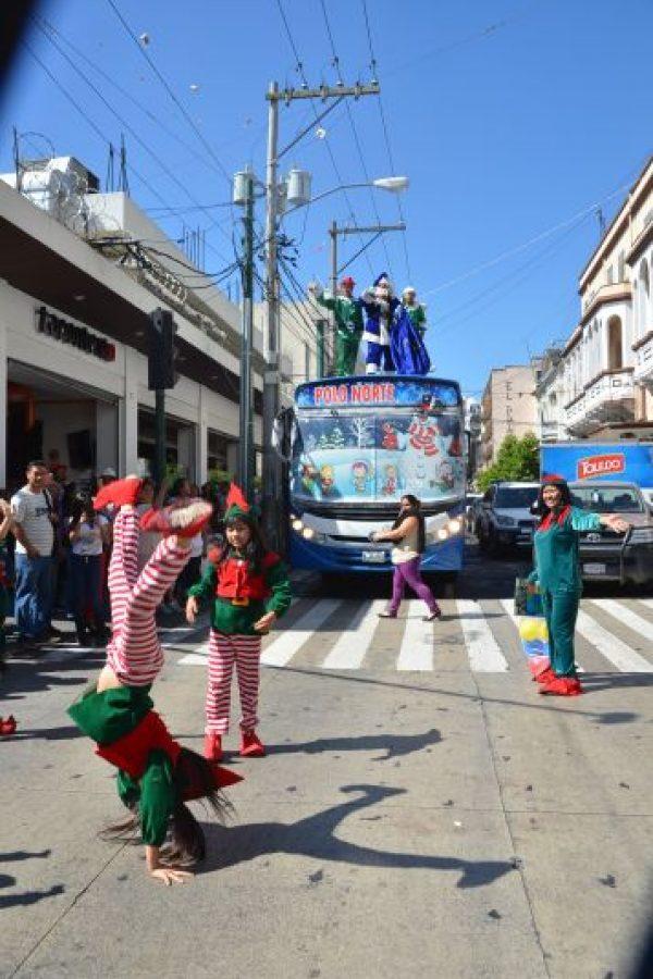 Los nomos y ayudantes acompañan el recorrido. Foto:José Castro