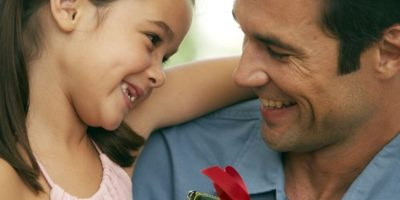 2. Dar regalos como forma de demostrar afecto. Foto:Tumblr.com/Tagged/regalos-padres-hijos