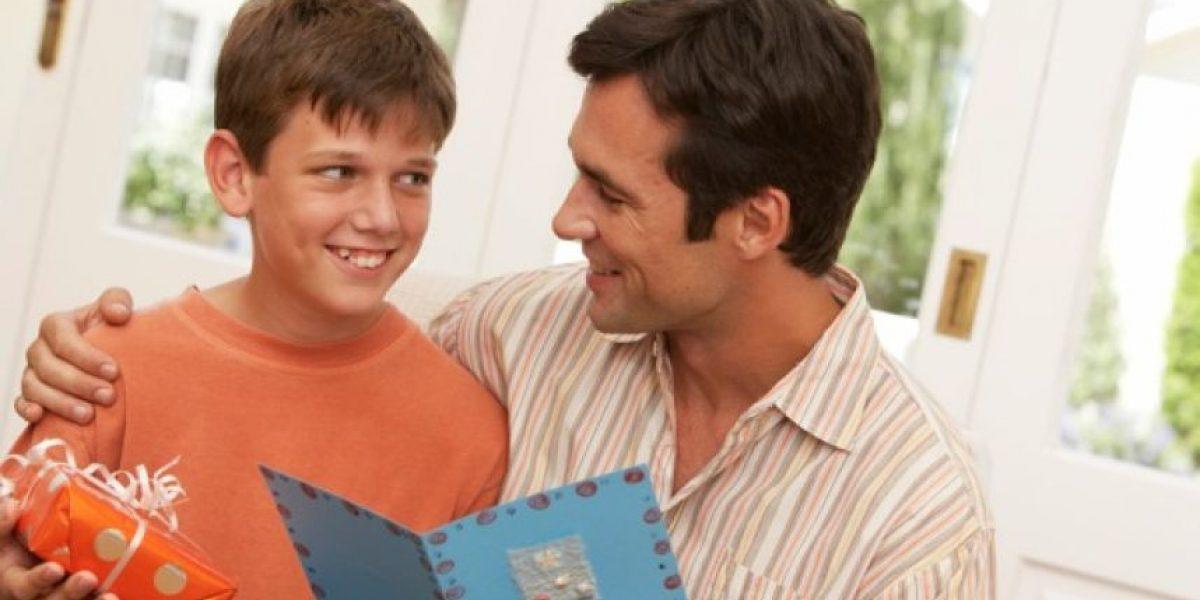 Estudio: Muchos regalos en Navidad podrían afectar a sus hijos en el futuro