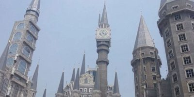 FOTOS. Construyen en China una universidad parecida a escuela de Harry Potter