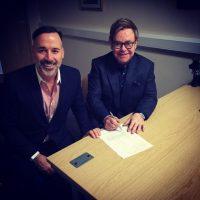 David Furnish y Elton John firmando su unión Foto:Instagram @eltonjohn