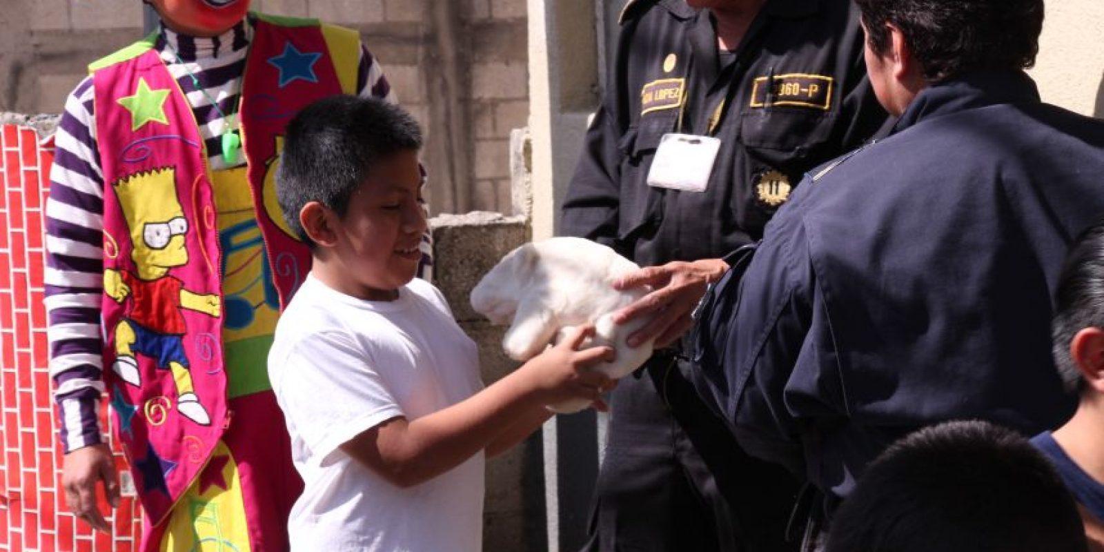 Los uniformados han obsequiado juguetes a los niños. Foto:PNC