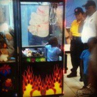 El pequeño se quedó atorado en la máquina de juegos Foto:Agencias