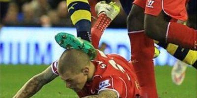 VIDEO: ¡Espantoso! Futbolista recibe doloroso pisotón en la cabeza