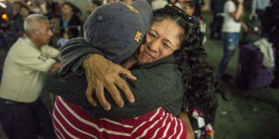 FOTOS. Abrazos reúnen a familias por navidad en el aeropuerto
