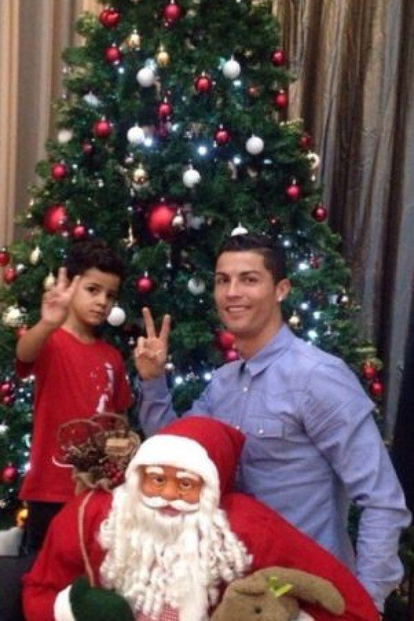 Padre e hijo espués de poner el árbol navideño. Foto:instagram.com/cristiano