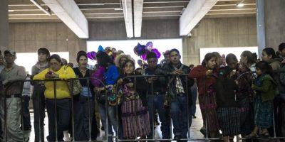 El aeropuerto albergó decenas de familias a la espera de sus parientes Foto:Oliver de Ros