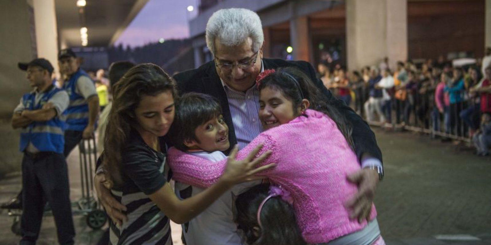 Un grupo de niños sale a toda prisa al encuentro de su abuelo quien entre lágrimas abraza a los pequeños. Foto:Oliver de Ros