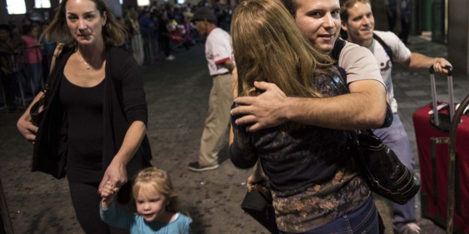 Familiares no pueden contener sus emociones y se funden en un abrazo al encontrarse en el aeropuerto La Aurora Foto:Oliver de Ros