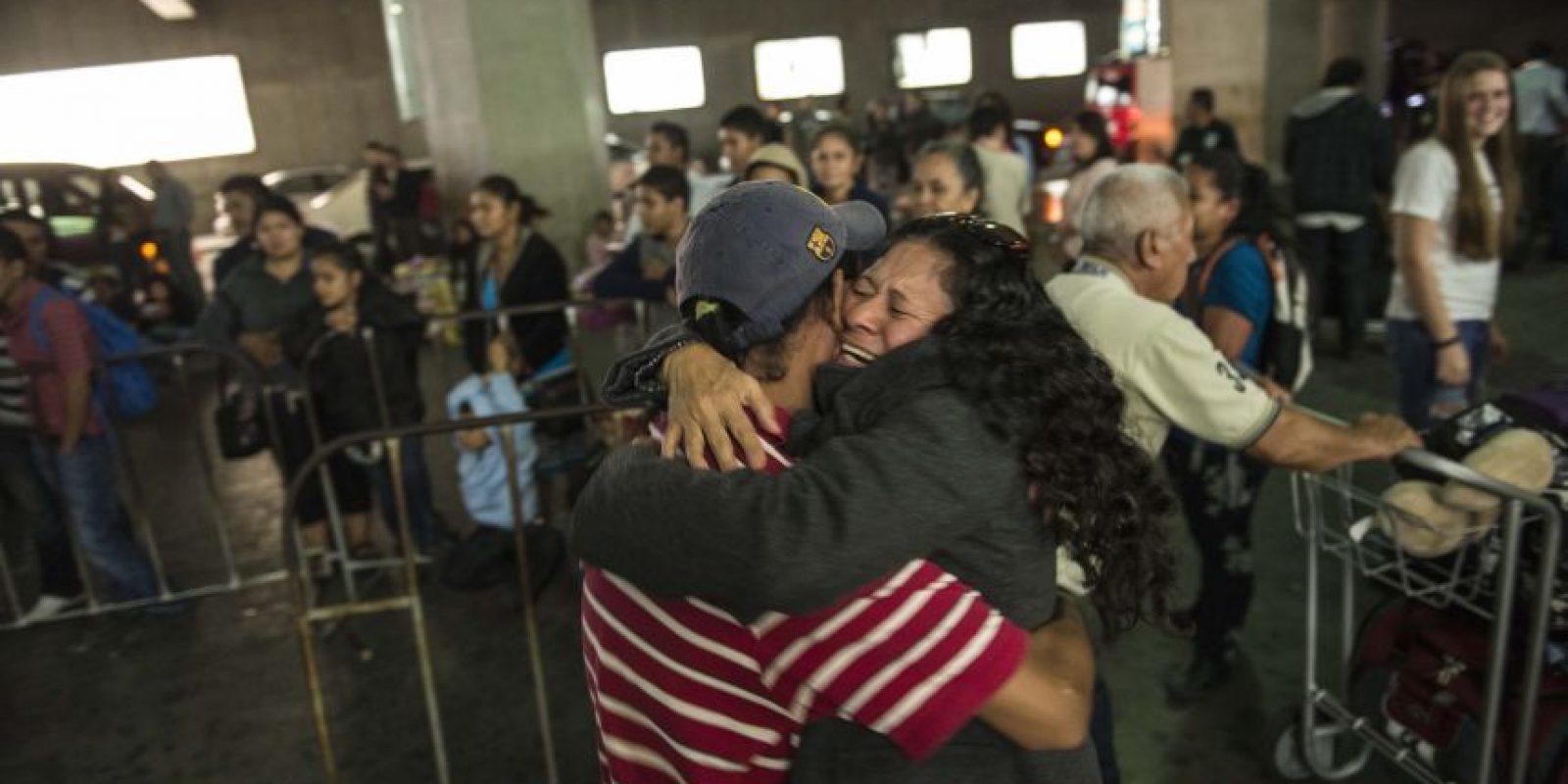 Hermanos, padres, hijos y parejas se encuentran después de tan larga espera para fundirse en un emocionante abrazo Foto:Oliver de Ros