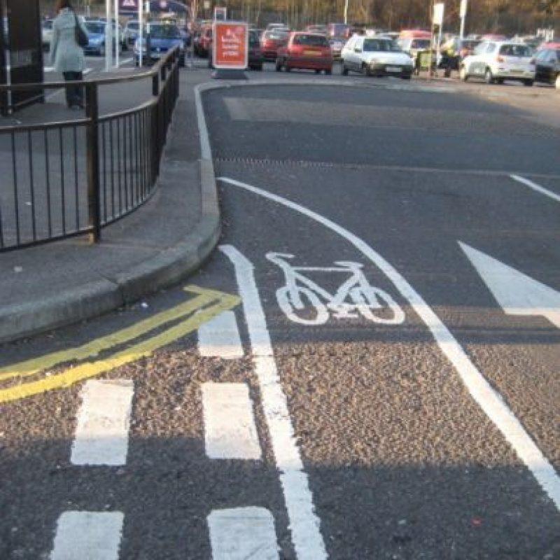 Un carril para andar en bicicleta por un largo camino Foto:recreviral
