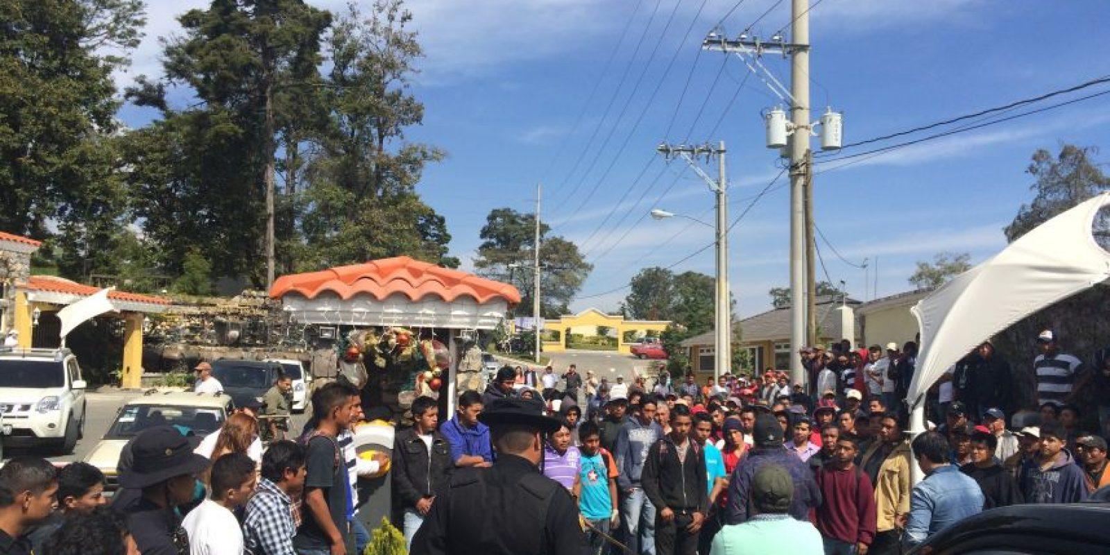 Agentes de la Policía llegan a dialogar con los albañiles. Foto:Comité de vecinos Quintas de los Encinos
