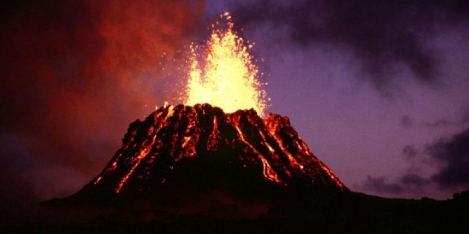 Esto ocasiona una erupción volcánica en la que se expulsa la lava hirviendo que se encontraba en el magma. Foto:Wikimedia