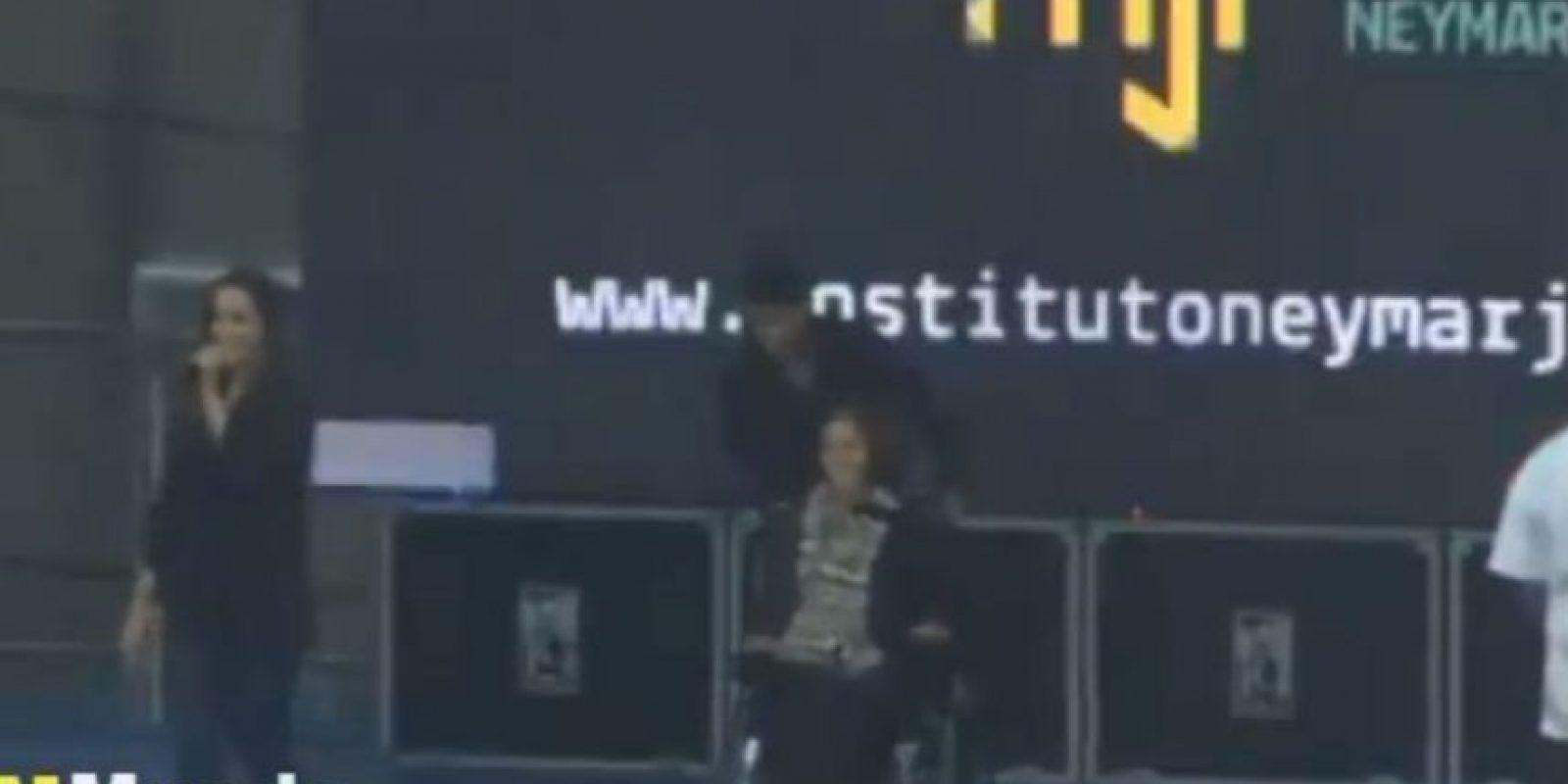 El futbolista acompañó a Laís Souza en el escenario, en la inauguración del complejo educativo del crack Foto:Youtube: Mundo Noticias