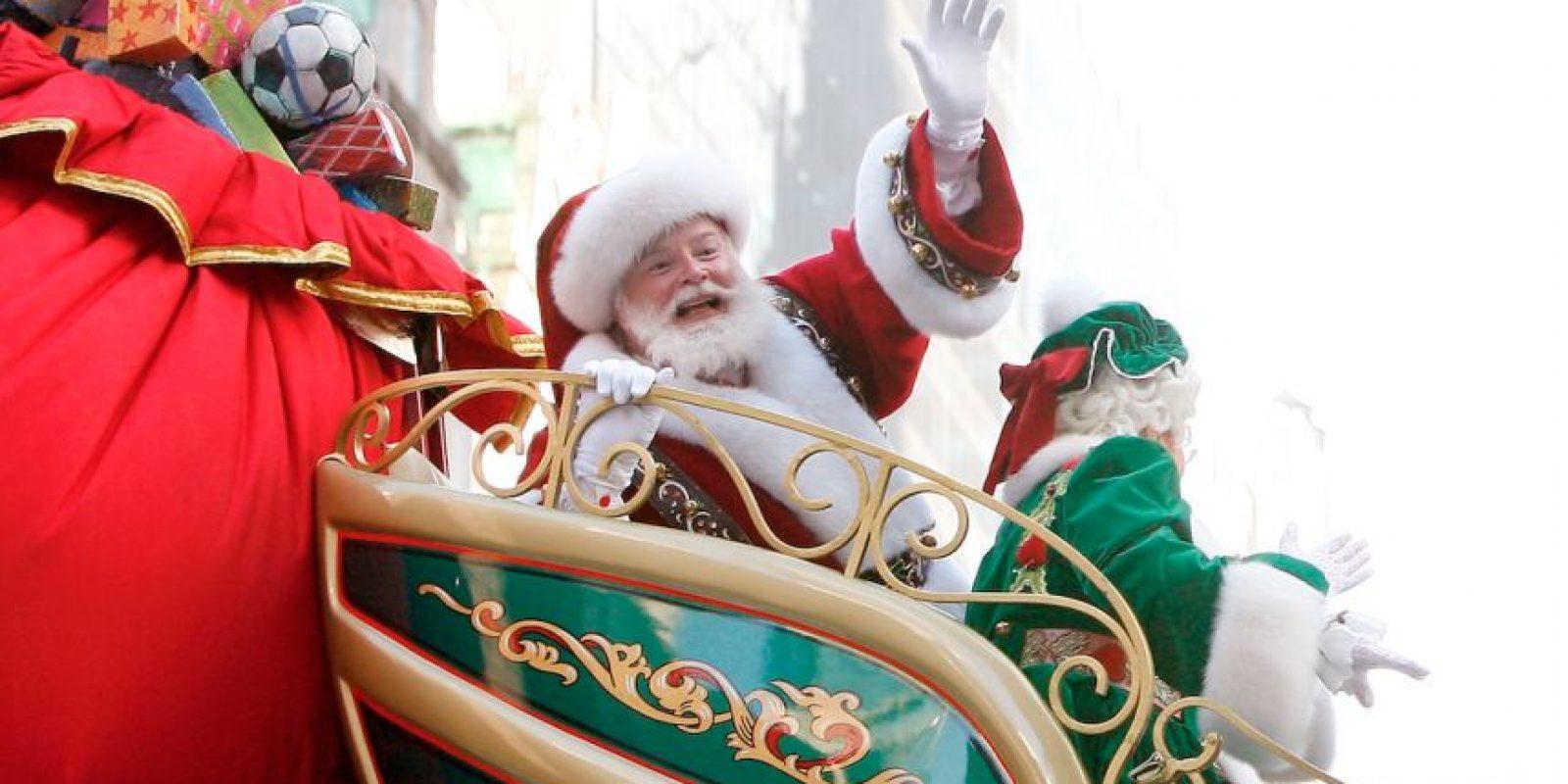 Santa debe enviar algunos regalos por paquetería con antelación, pues hay zonas militares que lo recibirian con balazos. Foto:Getty Images