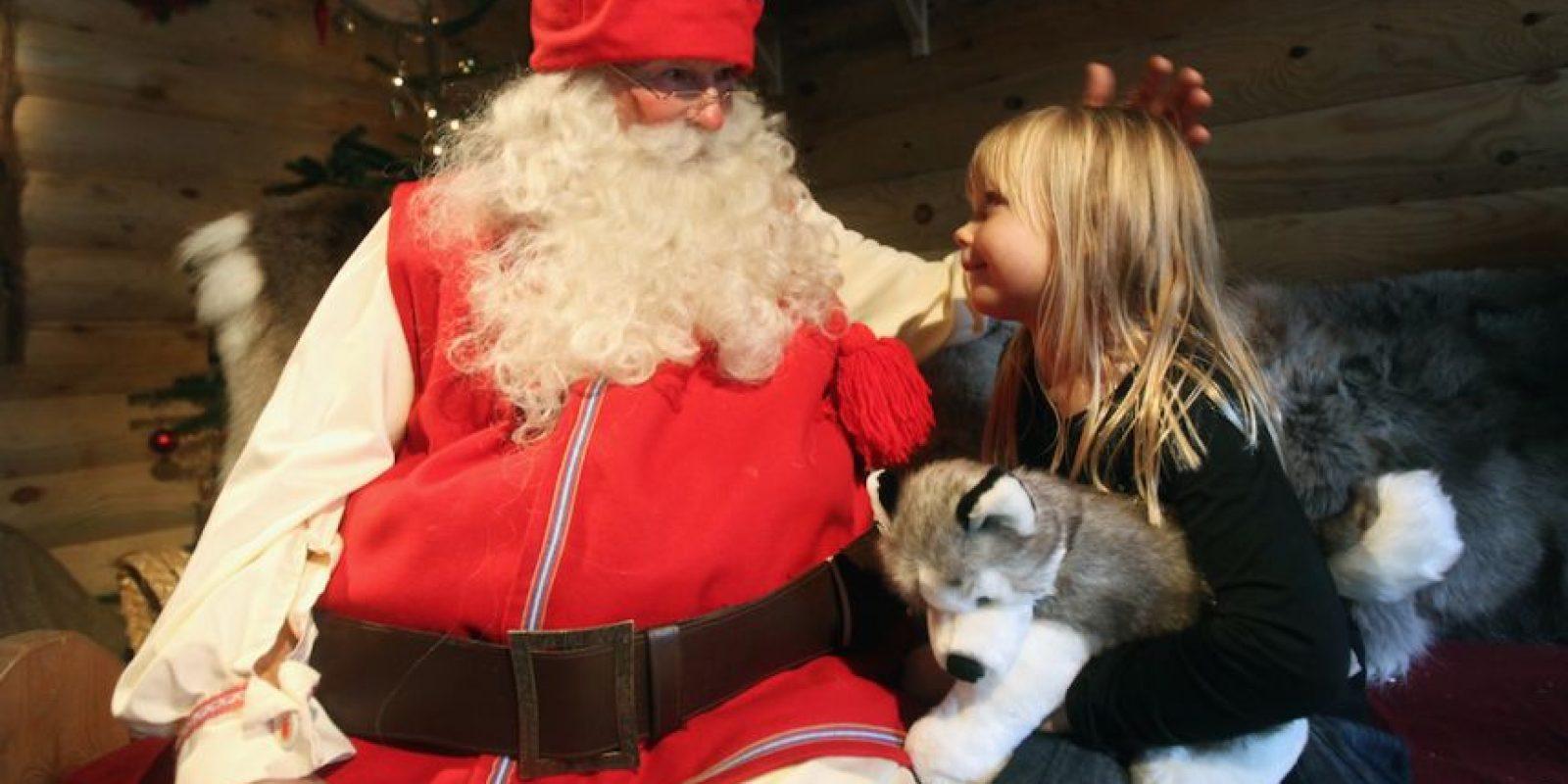Santa tiene 1/1000 de segundo para salir de su trineo, elegir el regalo, entrar a la casa, dejar los jugutes, comer un aperitivo y regresar a su trineo. Foto:Getty Images