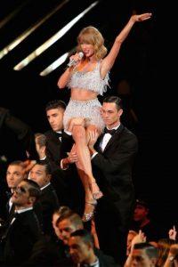 La cantante contribuyó con seis mil dólares paa apoyar la campaña en favor de las personas con SIDA. Foto:Getty Images
