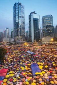 Protestas chinas por la democracia Los manifestantes que ocuparon calles y plazas de Hong Kong, los medios de comunicación y los partidarios enviaron 2.3 millones de mensajes de Twitter con #UmbrellaRevolution. Foto:AGENCIAS