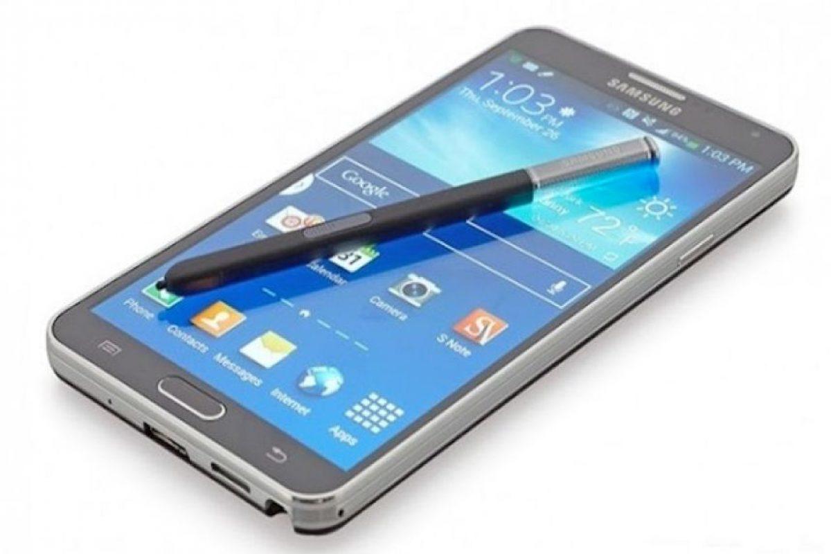 Producido con una pantalla nítida 2K y una sofisticada apariencia metálica, el Samsung Galaxy Note Edge llegó a ser conocido como un muy útil phablet con su enorme batería de 3220mAh y decenas de funcionalidades. Incluso con una pantalla de gran tamaño (5,7 pulgadas), el dispositivo es más ligero con solo 176 g. US$699.99 (amazon.com) Foto:Archivo