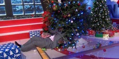 Shaquille O'Neal tuvo un desafortunado incidente con el árbol de Navidad. Foto:Twitter