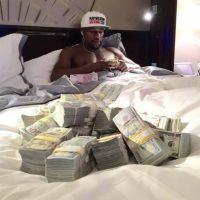 Millones de dólares en su dormitorio. Foto:instagram.com/floydmayweather