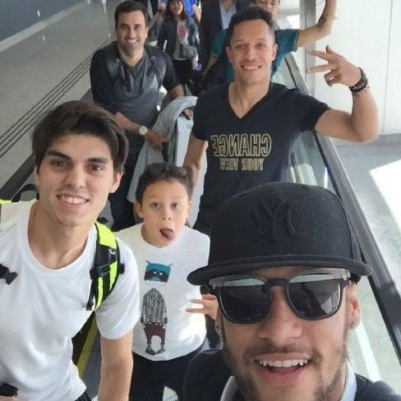 Neymar también la pasa con su compatriota y compañero Adriano. Foto:twitter.com/neymarjr