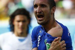 La mordida de Luis Suárez al italiano Giorgio Chiellini en el Mundial de Brasil Foto:Getty