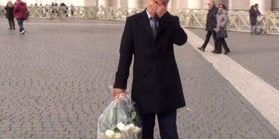 Turco que disparó a Juan Pablo II le lleva flores a su tumba en el Vaticano