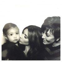 """3 generaciones"" Foto:Instagram.com/KimKardashian"