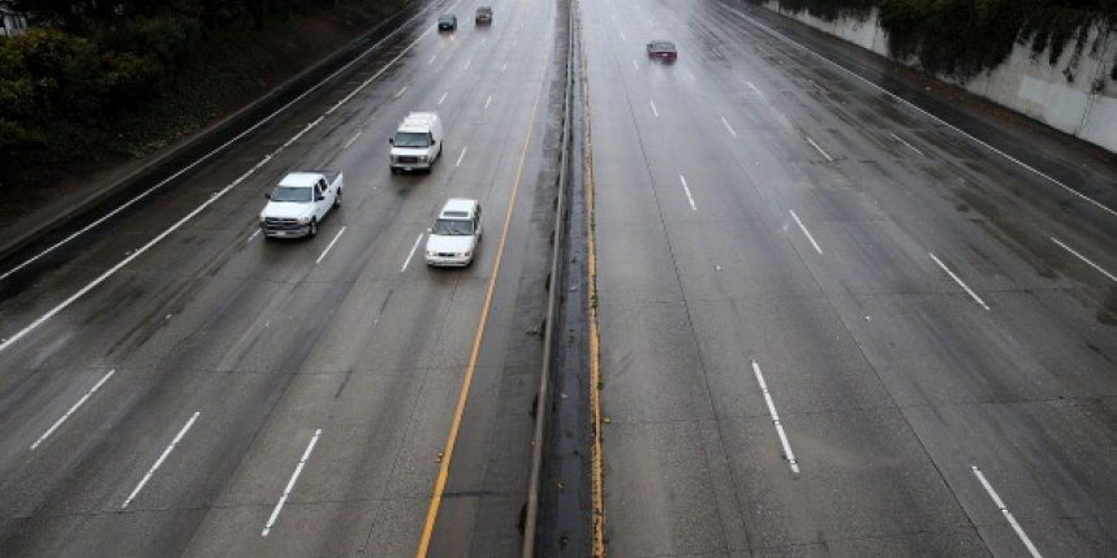 No conduzca cansado, ni con sueño, si el automóvil tiene alguna falla deténgase en una curva, siempre rebase por la derecha, y mantenga menos de 5 metros de distancia con el vehículo de enfrente, para que tenga tiempo de hacer frenados de emergencia. Foto:Getty Images