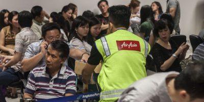 Familiares de los pasajeros esperan noticias del vuelo. Foto:AFP