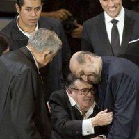 Un afectuoso abrazo entre Roberto y Edgar. Foto:facebook.com/edgarvivaroficial