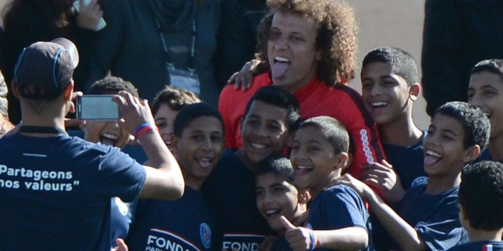 David Luiz tomándose fotos con los hinchas. Foto:AFP