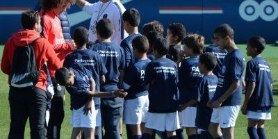 El brasileño firmó todo lo que llevaron los pequeños. Foto:AFP