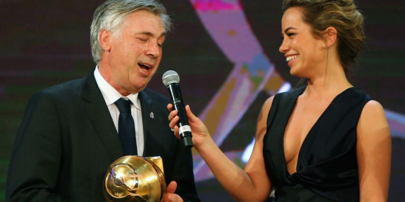 Carlo Ancelotti recibió el trofeo como entrenador del año. Foto:AFP