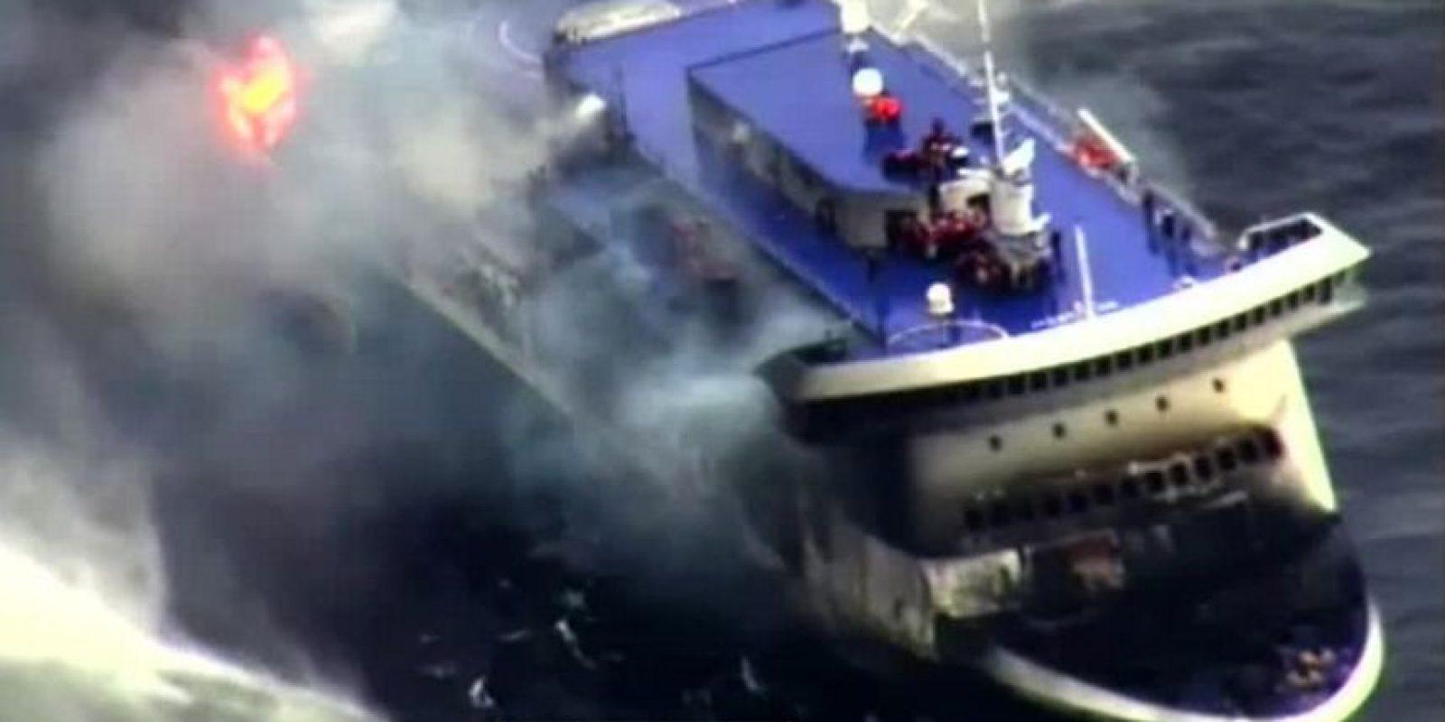 """Se requirieron más de 24 horas para rescatar a los 478 pasajeros del accidentado ferri italiano """"Norman Atlantic"""", el cual se incendió el domingo pasado. Foto:AFP"""
