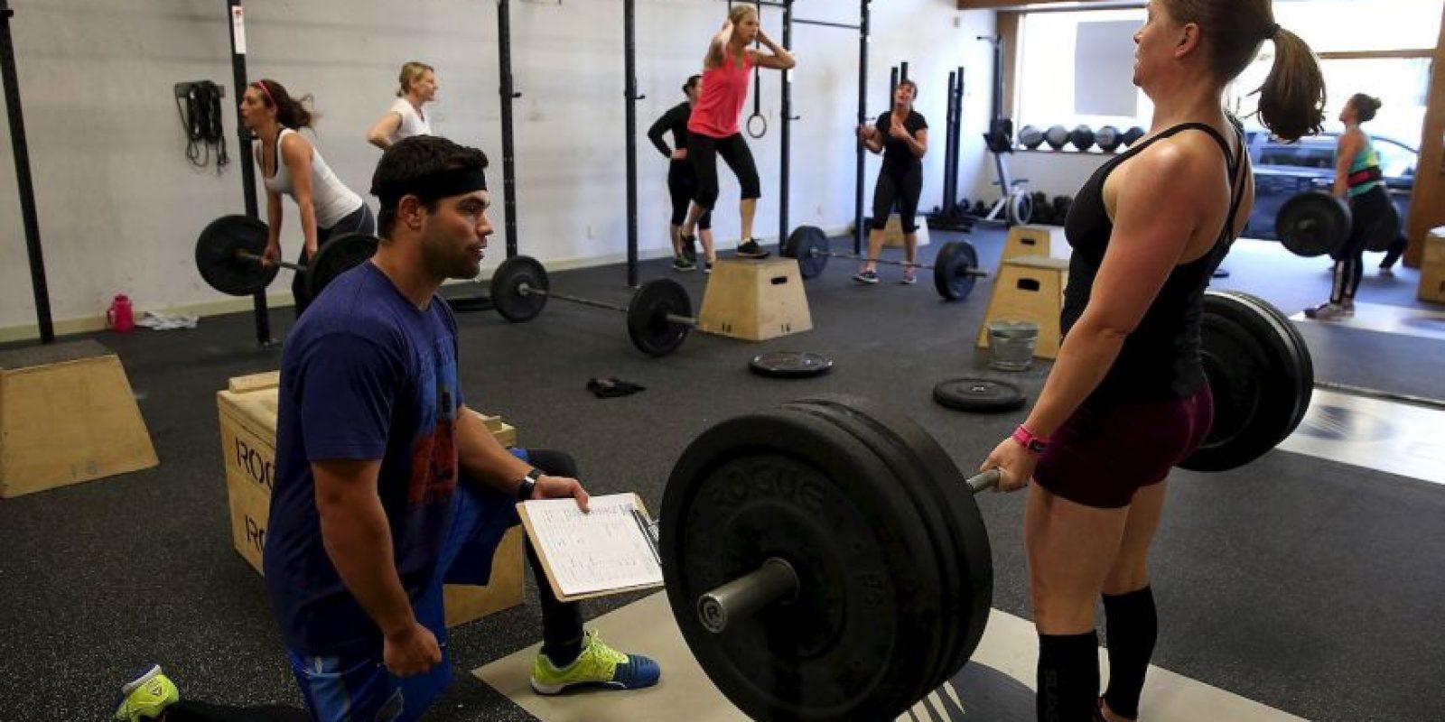 El estiramiento es imprescindibles en el ejercicio; si al día siguiente de tu entrenamiento, sientes dolor en todo el cuerpo, es muy probable que omitieras este paso. Foto:Getty Images