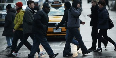 Para conocer el precio de la multa por cruzar indebidamente una calle. Foto:Getty Images