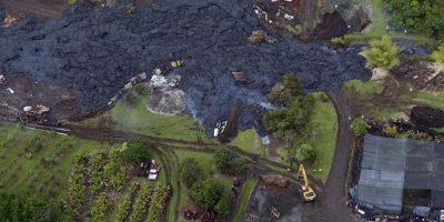 Las cuadrillas de salvamento tratan de desviar un río de lava que baja del Monte Kilauea hacia una casa de la aldea de Pahoa, Hawaii. Foto:Publinews