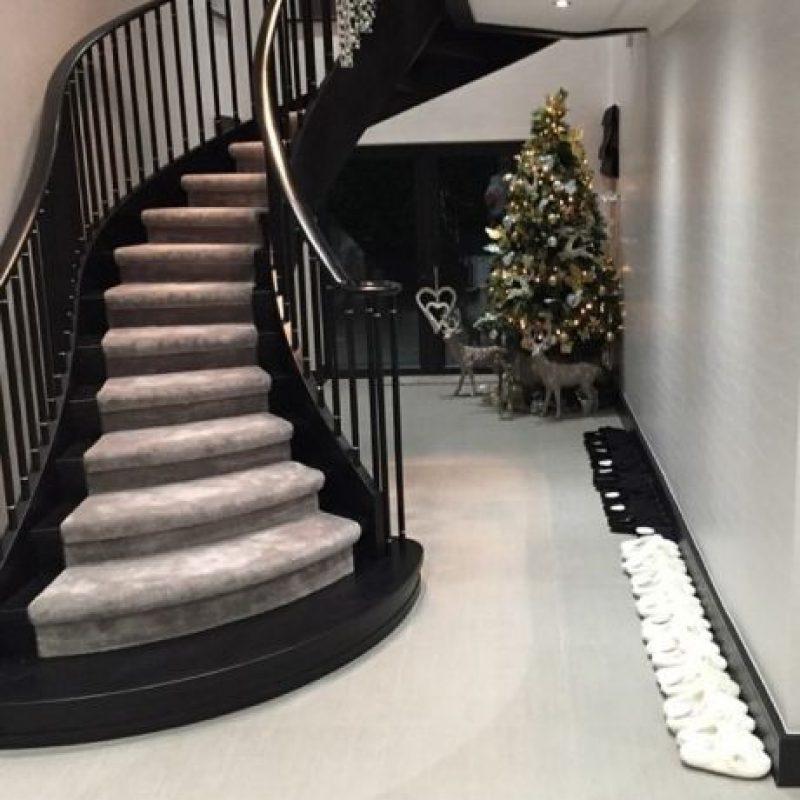 La escalera principal y varios pares de zapatos a un costado. Foto:instagram.com/andytcarroll