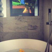 Diversión en el cuarto de baño. Foto:instagram.com/billimucklow