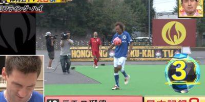 Primero un nipón lanzó el balón a ocho metros de altura y lo recibió sin que cayera al césped Foto:Youtube