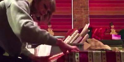 Decenas de fans recibieron sus regalos Foto:YouTube Taylor Swift