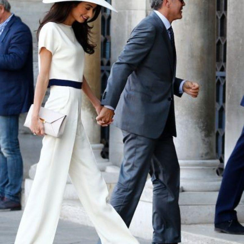 Femenina, natural y, sobre todo, sutil. Estos son los factores que componen el estilo de la esposa de George Clooney, que también se ha ganado un lugar en el spot de la moda de las famosas por impactar con looks completamente accesibles Foto:AFP