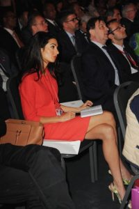 """""""Amal no ha sido objeto de envidias, quizá, porque resulta imposible resistirse a la perfección. Es alentador pensar que no importa cuanto tiempo tarde, pero la persona perfecta siempre va a estar ahí esperándote"""", mencionó la conductora de """"ABC"""" en su programa. Foto:Getty Images"""